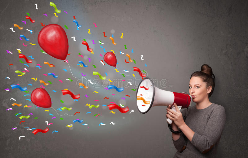 Νέο κορίτσι που έχει τη διασκέδαση, που φωνάζει megaphone με τα μπαλόνια στοκ φωτογραφίες
