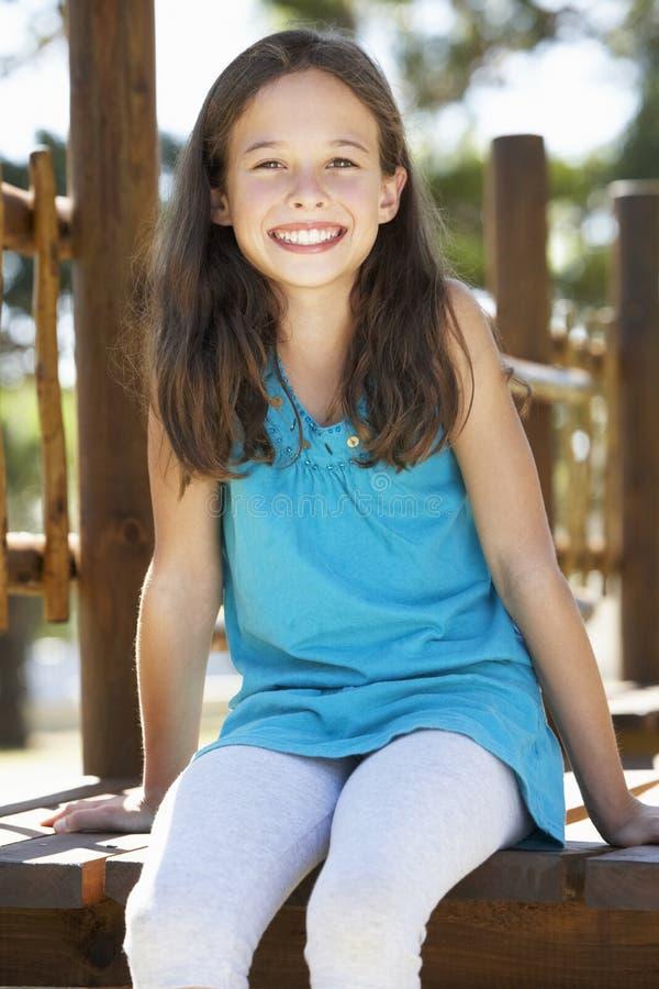 Νέο κορίτσι που έχει τη διασκέδαση στο πλαίσιο αναρρίχησης στοκ φωτογραφίες