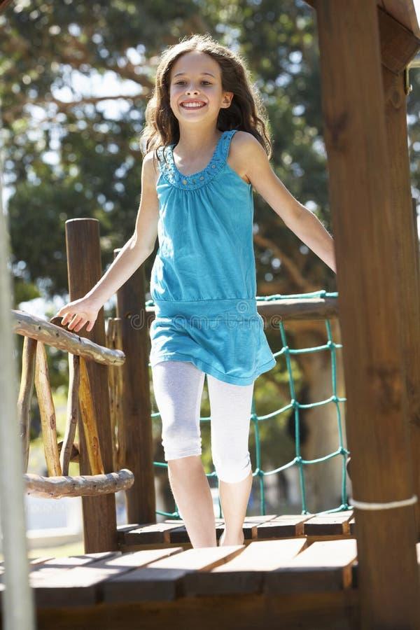 Νέο κορίτσι που έχει τη διασκέδαση στο πλαίσιο αναρρίχησης στοκ εικόνες με δικαίωμα ελεύθερης χρήσης