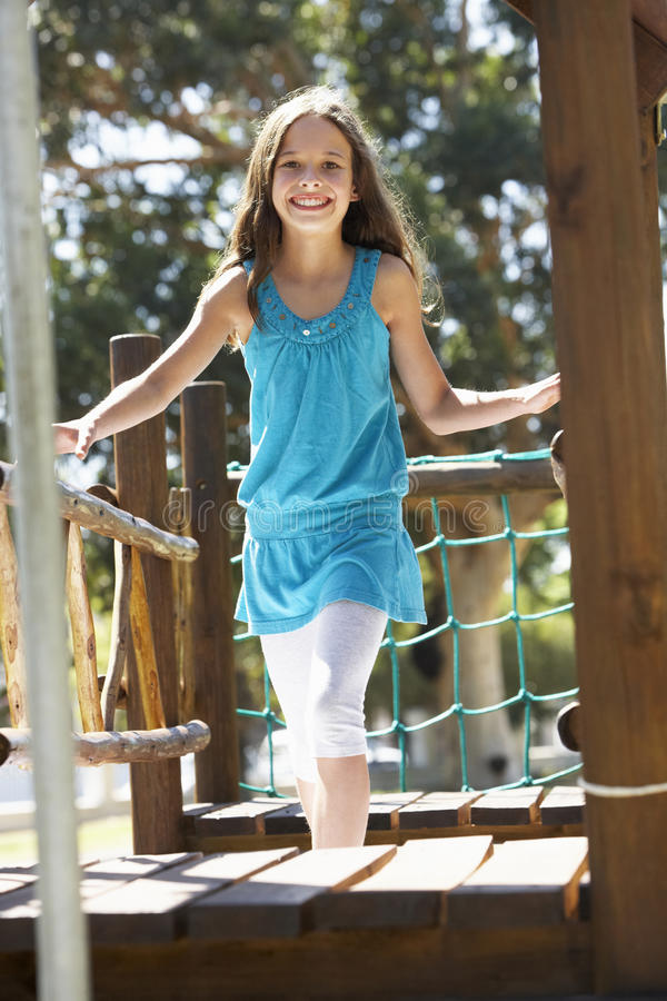 Νέο κορίτσι που έχει τη διασκέδαση στο πλαίσιο αναρρίχησης στοκ εικόνες