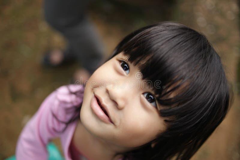 Νέο κορίτσι που ανατρέχει στοκ φωτογραφίες