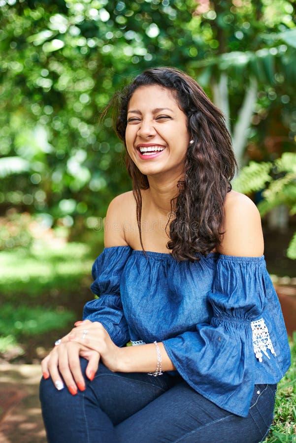 Νέο κορίτσι που γελά στο πάρκο στοκ φωτογραφία με δικαίωμα ελεύθερης χρήσης