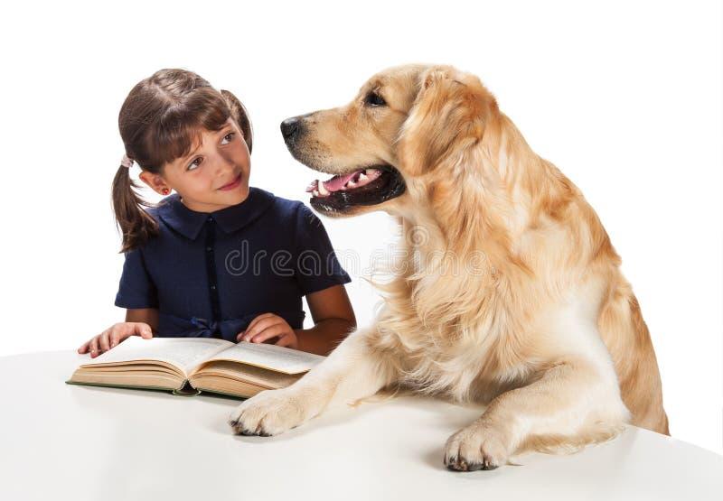 Νέο κορίτσι που διαβάζει στο σκυλί της στοκ φωτογραφία με δικαίωμα ελεύθερης χρήσης
