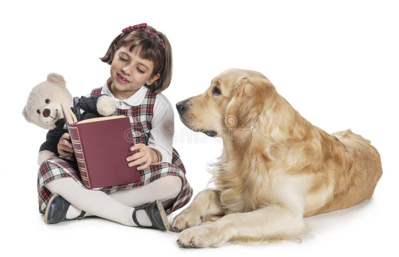 Νέο κορίτσι που διαβάζει στο σκυλί της στοκ εικόνα με δικαίωμα ελεύθερης χρήσης