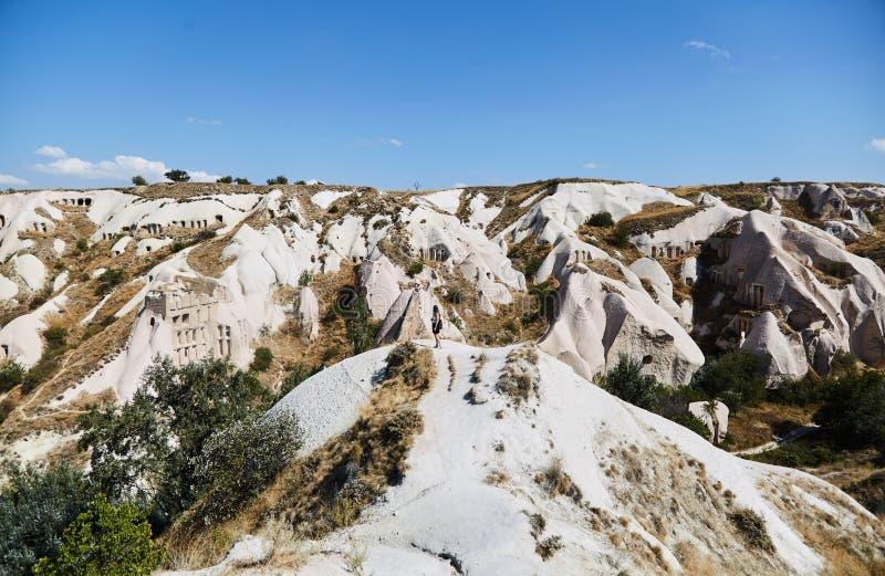 Νέο κορίτσι που εξετάζει το τοπίο Θαυμάζει τη φύση Cappadocia στοκ εικόνες με δικαίωμα ελεύθερης χρήσης
