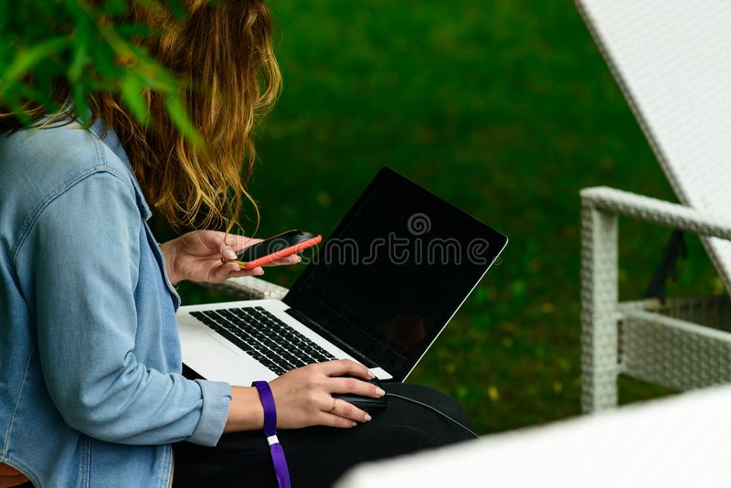 Νέο κορίτσι που κάνει σερφ στο διαδίκτυο στο lap-top υπαίθρια Έννοια ο στοκ φωτογραφία με δικαίωμα ελεύθερης χρήσης