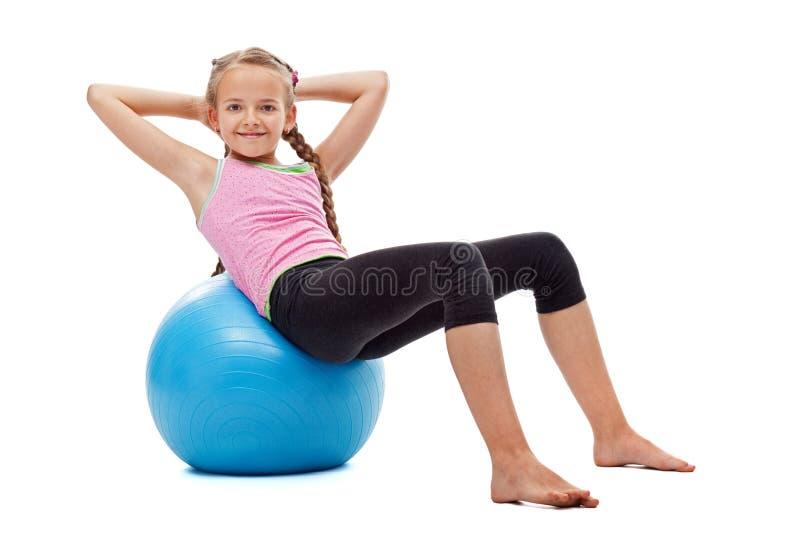 Νέο κορίτσι που κάνει τις κοιλιακές γυμναστικές ασκήσεις στοκ φωτογραφίες με δικαίωμα ελεύθερης χρήσης