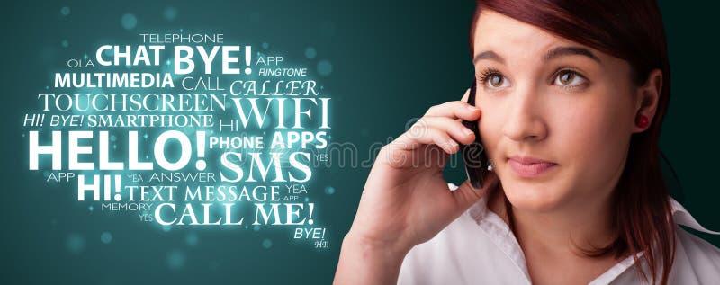 Νέο κορίτσι που καλεί τηλεφωνικώς με το σύννεφο λέξης απεικόνιση αποθεμάτων