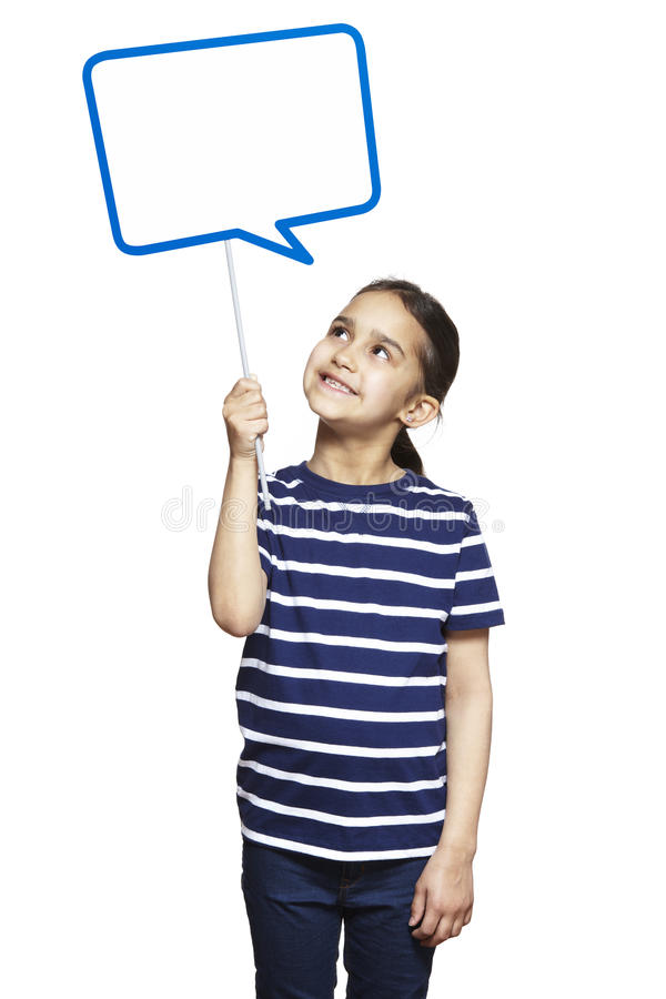 Νέο κορίτσι που κρατά ένα χαμόγελο σημαδιών λεκτικών φυσαλίδων στοκ φωτογραφία
