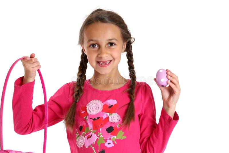 Νέο κορίτσι που κρατά το καλάθι Πάσχας της που χάνει μπροστινά δύο δόντια στοκ φωτογραφία με δικαίωμα ελεύθερης χρήσης
