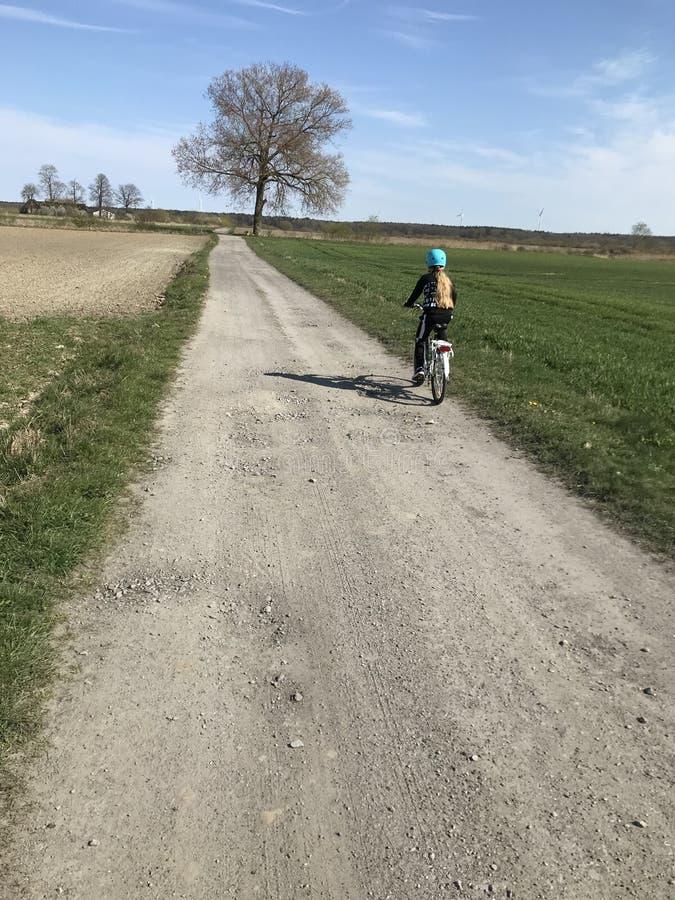 Νέο κορίτσι που οδηγά ένα ποδήλατο στην πολωνική επαρχία στοκ φωτογραφίες