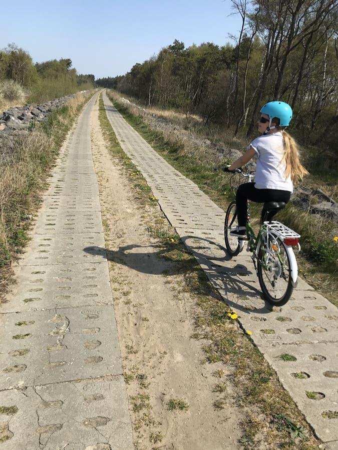 Νέο κορίτσι που οδηγά ένα ποδήλατο στην πολωνική επαρχία στοκ φωτογραφία με δικαίωμα ελεύθερης χρήσης