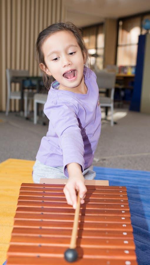 Νέο κορίτσι που παίζει Xylophone στοκ φωτογραφία με δικαίωμα ελεύθερης χρήσης