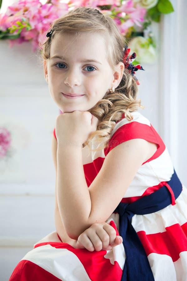 Νέο κορίτσι που φορά ένα φόρεμα με την εκλεκτής ποιότητας βαλίτσα στοκ φωτογραφία με δικαίωμα ελεύθερης χρήσης