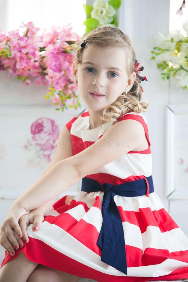 Νέο κορίτσι που φορά ένα φόρεμα με την εκλεκτής ποιότητας βαλίτσα στοκ φωτογραφία