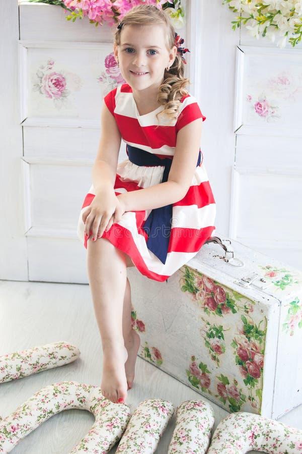 Νέο κορίτσι που φορά ένα φόρεμα με την εκλεκτής ποιότητας βαλίτσα στοκ φωτογραφίες με δικαίωμα ελεύθερης χρήσης