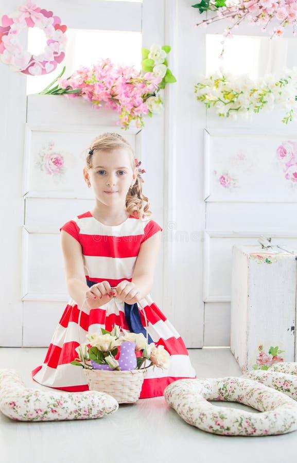 Νέο κορίτσι που φορά ένα φόρεμα με το καλάθι στοκ εικόνες με δικαίωμα ελεύθερης χρήσης