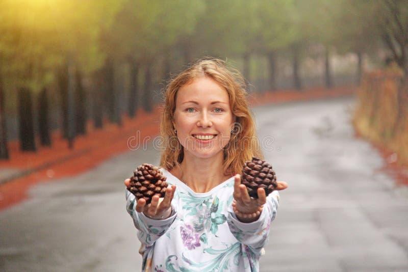 Νέο κορίτσι που χαμογελά και που παρουσιάζει προσκρούσεις Το μαγικό δάσος στο πόδι του υποστηρίγματος Etna Το νησί της Σικελίας,  στοκ φωτογραφίες