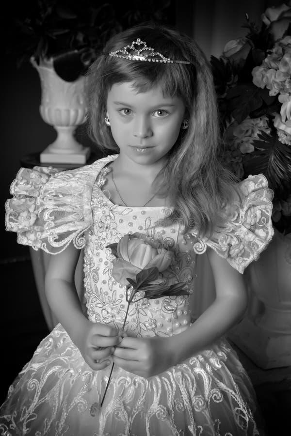 Νέο κορίτσι σε ένα άσπρο φόρεμα, γραπτή φωτογραφία στοκ φωτογραφία με δικαίωμα ελεύθερης χρήσης