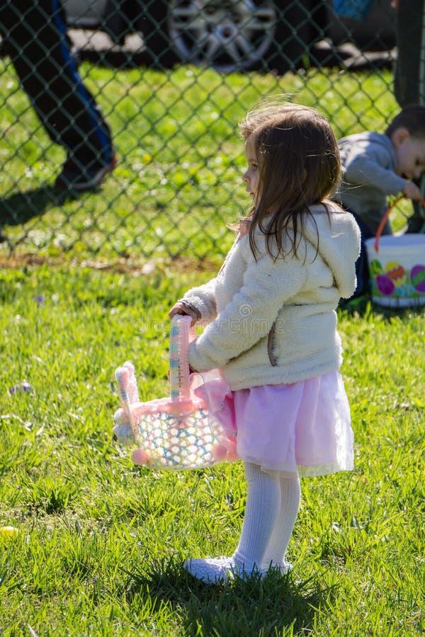 Νέο κορίτσι σε ένα αυγό Πάσχας Κυνήγι στοκ εικόνες