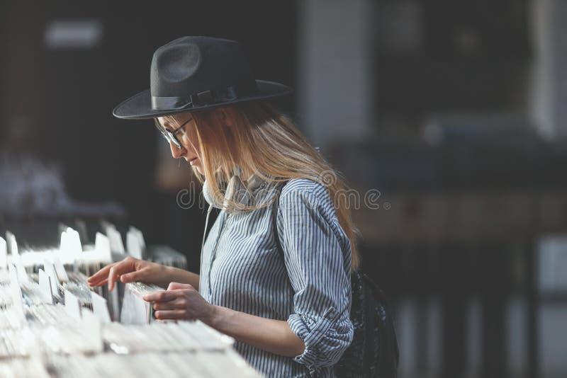 Νέο κορίτσι σε ένα κατάστημα μουσικής στοκ φωτογραφία με δικαίωμα ελεύθερης χρήσης