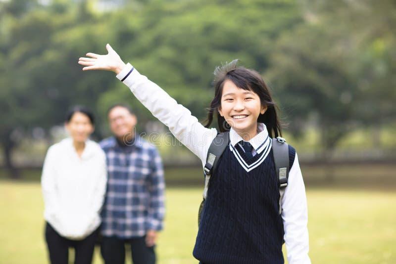 Νέο κορίτσι σπουδαστών με το γονέα στο σχολείο στοκ φωτογραφία με δικαίωμα ελεύθερης χρήσης