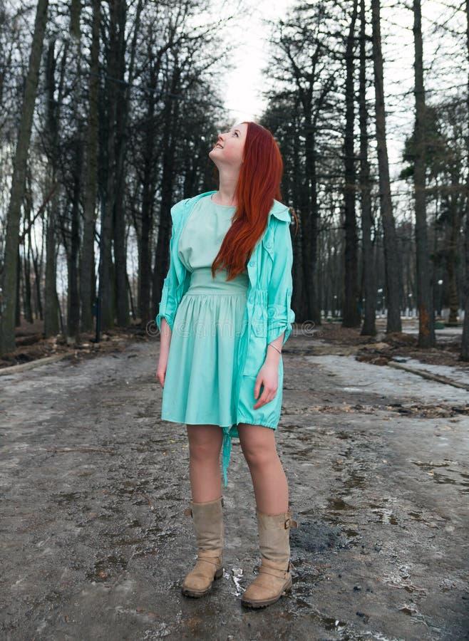 Νέο κορίτσι στην αλέα του πάρκου στοκ εικόνες