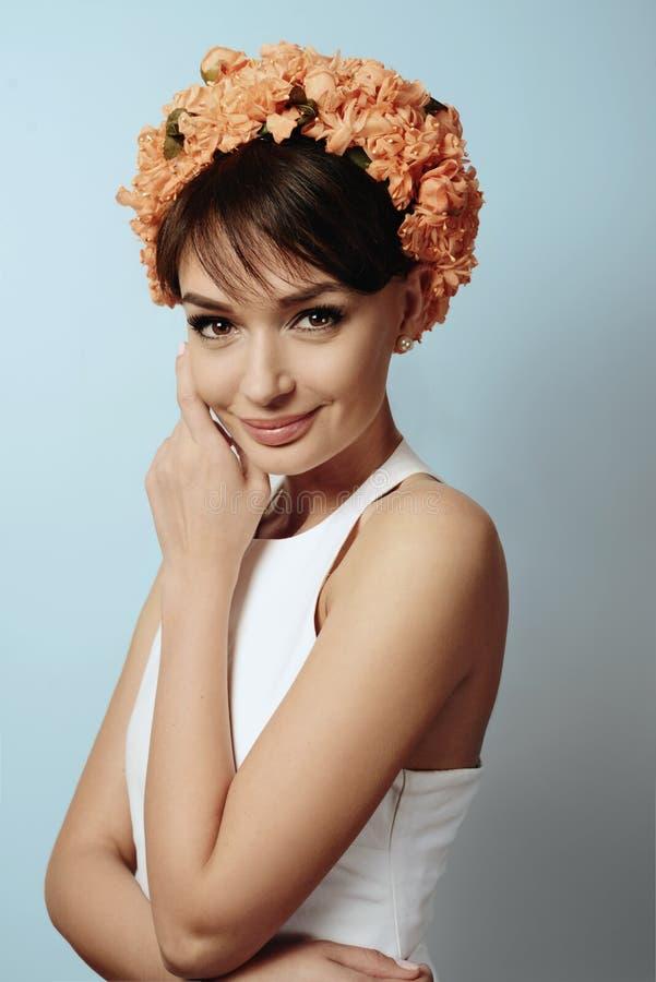 Νέο κορίτσι στην κορώνα λουλουδιών στοκ φωτογραφίες