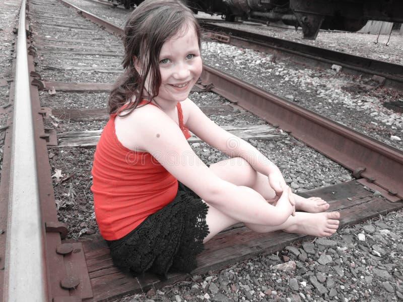 Νέο κορίτσι στις διαδρομές τραίνων στοκ εικόνες