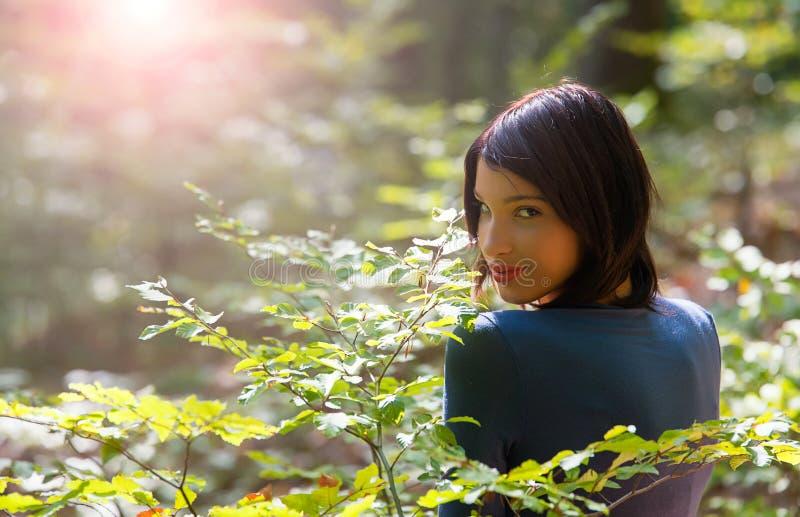 Νέο κορίτσι στο δάσος στοκ φωτογραφία με δικαίωμα ελεύθερης χρήσης