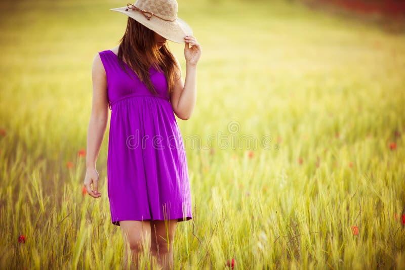 Κρύψιμο πίσω από το καπέλο της στοκ εικόνες με δικαίωμα ελεύθερης χρήσης