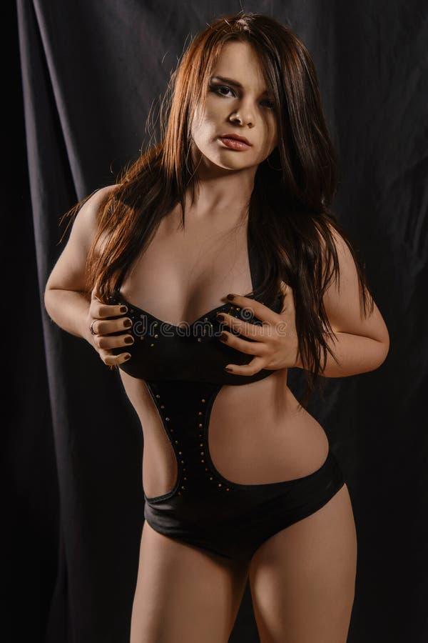 Νέο κορίτσι στο σώμα σε ένα μαύρο υπόβαθρο στοκ φωτογραφία με δικαίωμα ελεύθερης χρήσης