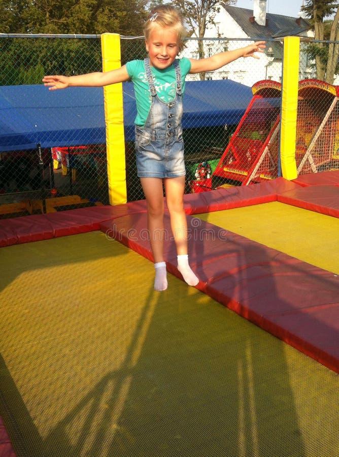 Νέο κορίτσι στο τραμπολίνο στοκ φωτογραφία με δικαίωμα ελεύθερης χρήσης
