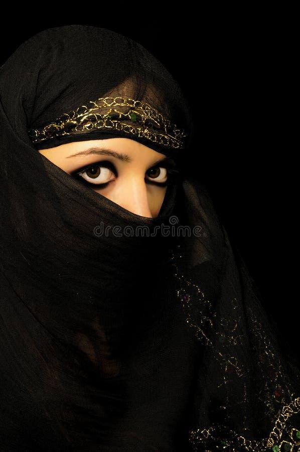 Νέο κορίτσι brunette στο πορτρέτο παραλιών στοκ φωτογραφίες