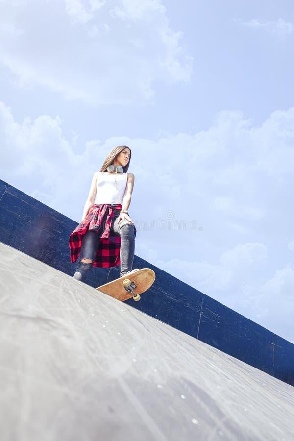 Νέο κορίτσι skateboarder στοκ φωτογραφίες