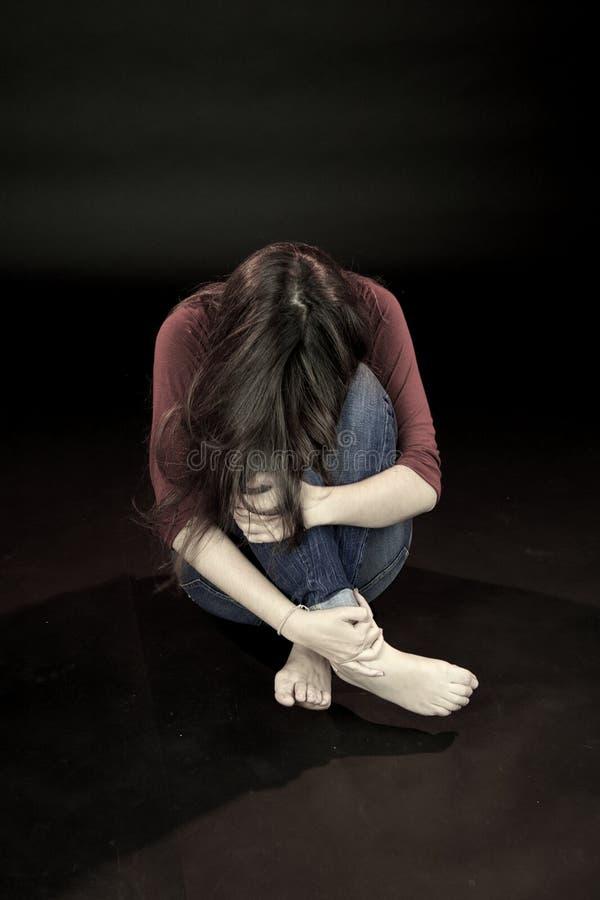 Νέο κρύψιμο γυναικών που φοβάται για τη οικογενειακή βία στοκ φωτογραφία