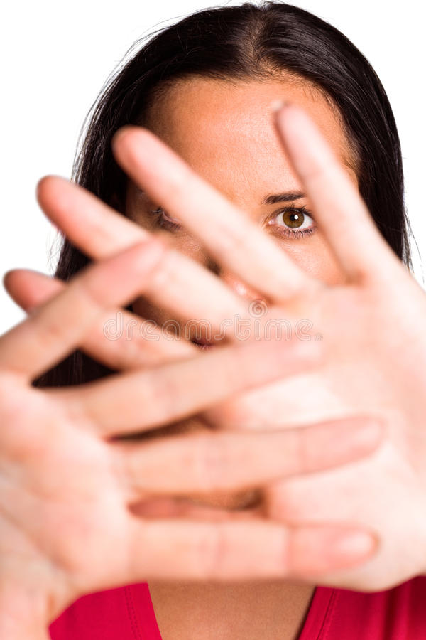 Νέο κρύψιμο brunette πίσω από τα χέρια στοκ εικόνες