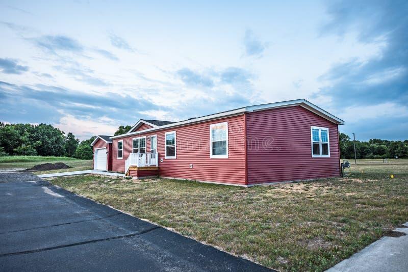 Νέο κόκκινο κατασκευασμένο σπίτι στοκ εικόνα με δικαίωμα ελεύθερης χρήσης