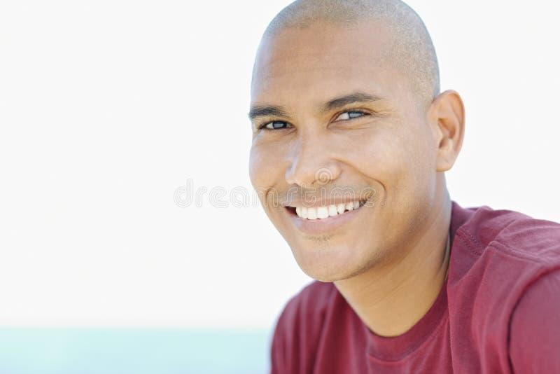 Νέο λατίνο άτομο που χαμογελά στη φωτογραφική μηχανή στοκ εικόνες με δικαίωμα ελεύθερης χρήσης