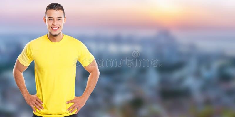 Νέο λατινικό άτομο που χαμογελά το ευτυχές διάστημα αντιγράφων πόλης εμβλημάτων ανθρώπων πορτρέτου copyspace στοκ εικόνες
