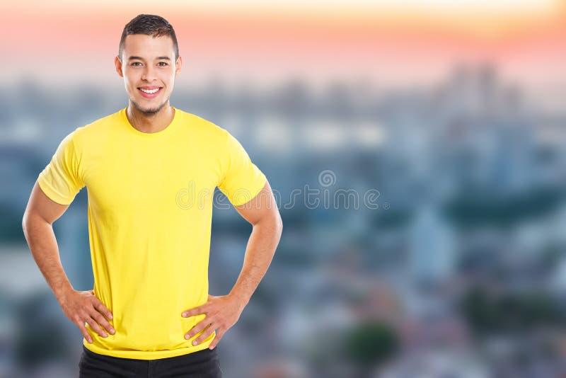 Νέο λατινικό άτομο που χαμογελά το ευτυχές διάστημα πόλης copyspace αντιγράφων ανθρώπων πορτρέτου στοκ φωτογραφία με δικαίωμα ελεύθερης χρήσης
