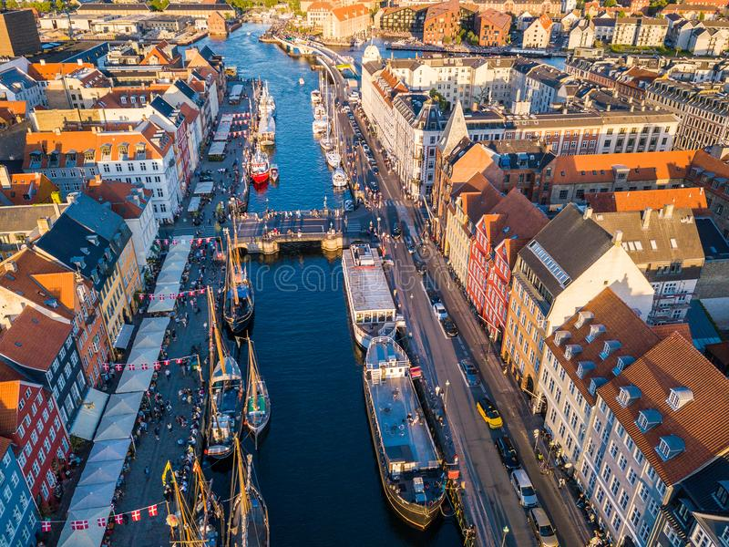 Νέο λιμενικό κανάλι της Κοπεγχάγης, Δανία Nyhavn και περιοχή ψυχαγωγίας Εναέρια άποψη από την κορυφή ο τουρίστας πρέπει επισκεμμέ στοκ φωτογραφία