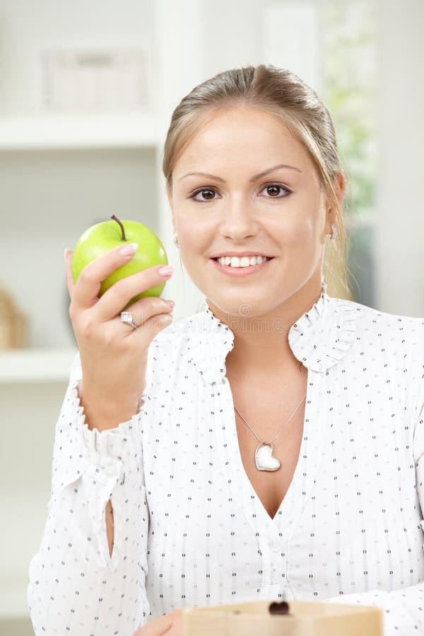Νέο μήλο εκμετάλλευσης γυναικών στοκ φωτογραφίες