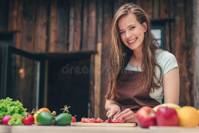 Νέο μαγείρεμα αρχιμαγείρων στην κουζίνα στοκ εικόνα