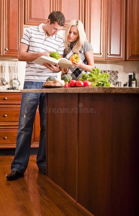 Νέο μαγείρεμα ζεύγους στοκ εικόνες με δικαίωμα ελεύθερης χρήσης