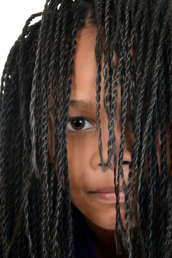 Νέο μαύρο κορίτσι με Cornrows πέρα από το πρόσωπο στοκ εικόνες