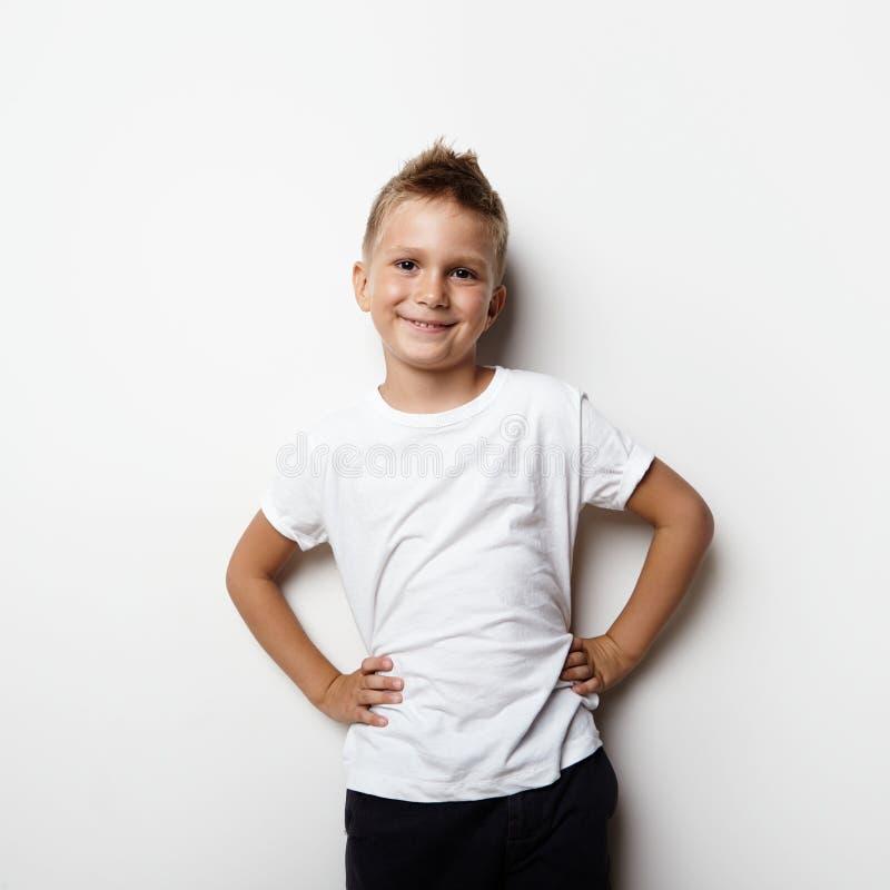 Νέο μικρό παιδί που φορά την άσπρη μπλούζα και το χαμόγελο στοκ εικόνα με δικαίωμα ελεύθερης χρήσης