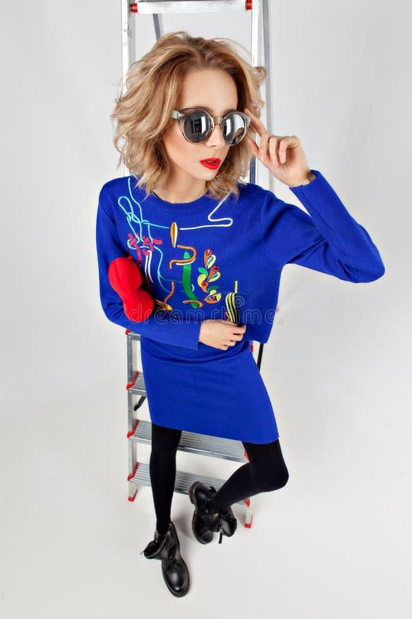 Νέο μοντέρνο ξανθό κορίτσι στοκ εικόνες με δικαίωμα ελεύθερης χρήσης