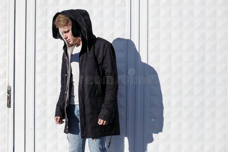 Νέο μοντέρνο redhead άτομο στην καθιερώνουσα τη μόδα τοποθέτηση εξαρτήσεων στο αστικό κλίμα στοκ φωτογραφία με δικαίωμα ελεύθερης χρήσης