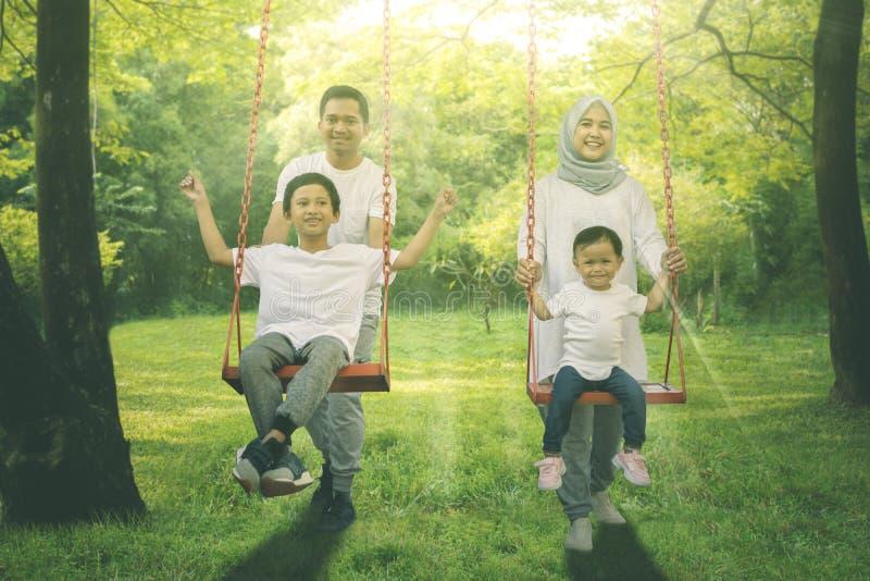 Νέο μουσουλμανικό οικογενειακό παιχνίδι με την ταλάντευση στοκ εικόνες